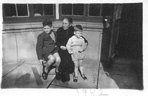 Tita y nietos 1942.bmp